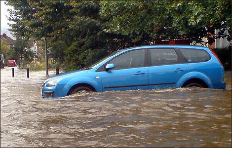 Berkendara melintasi banjir